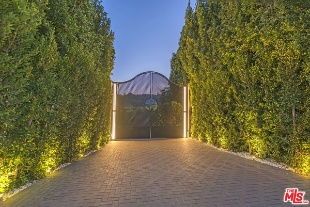 2571 Wallingford Dr Beverly Hills, CA 90210