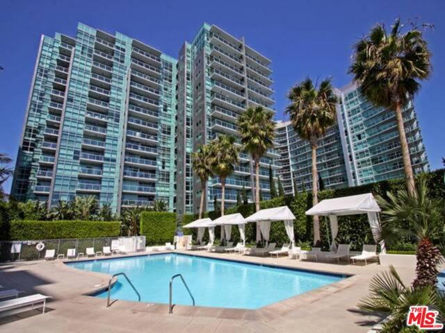 Photo of 13700 Marina Pointe Dr, Venice, CA 90292