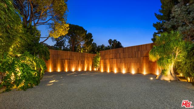 Photo of 960 N Alpine Dr, Beverly Hills, CA 90210