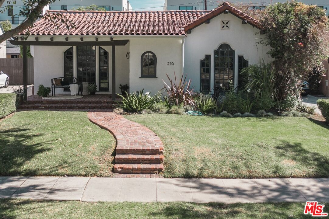 Photo of 316 S Crescent Dr, Beverly Hills, CA 90212