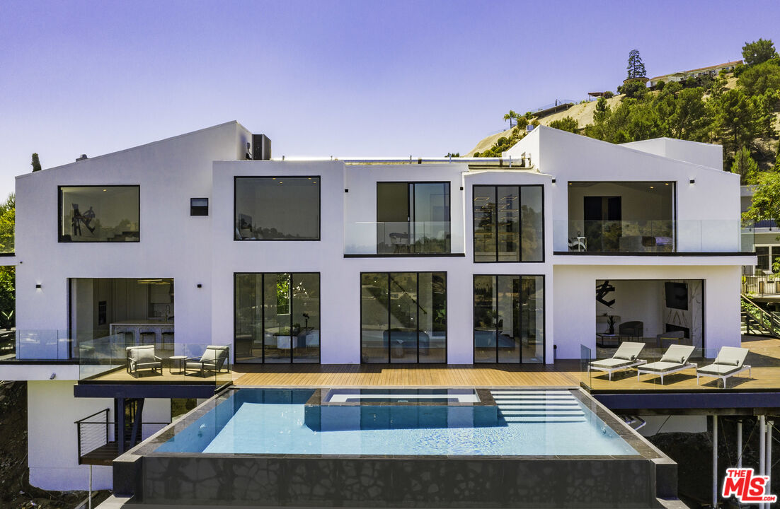 Photo of 7567 Hermes Dr, Los Angeles, CA 90046