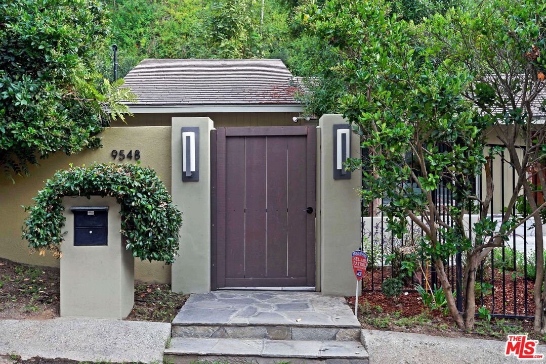 Photo of 9548 Gloaming Dr, Beverly Hills, CA 90210