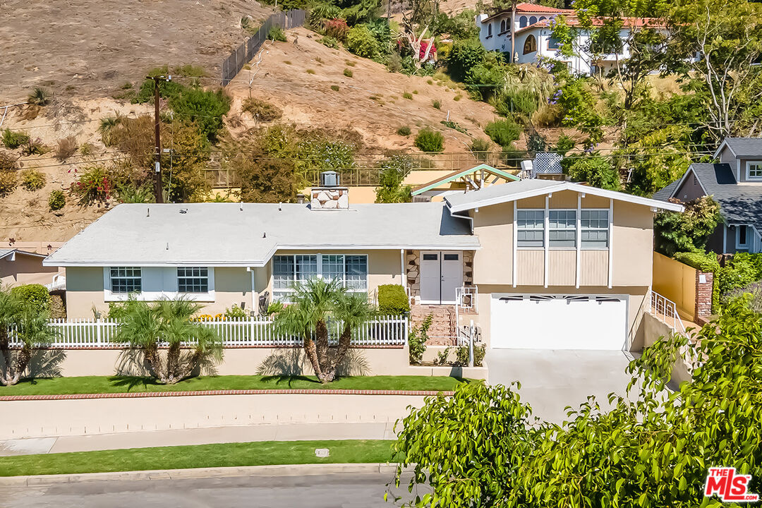 Photo of 1018 N Sunset Canyon Dr, Burbank, CA 91504
